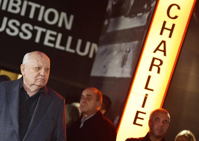"""Михаил Горбачев у бывшего контрольно-пропускного пункта """"Чекпойнт Чарли"""""""