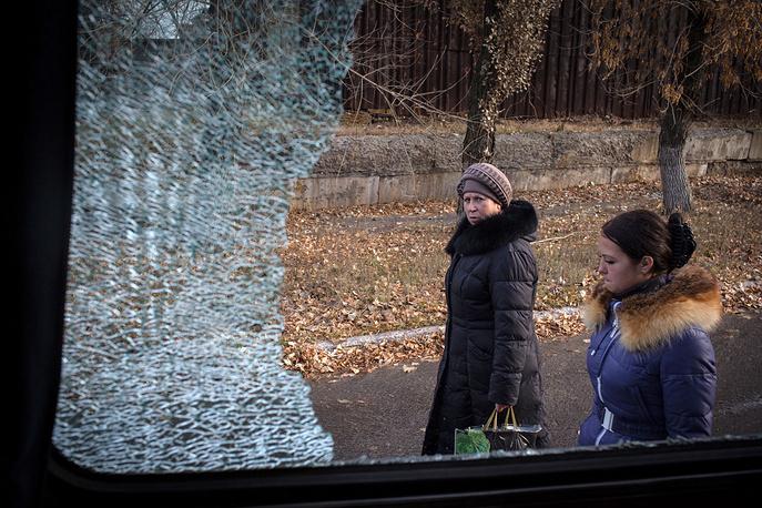 """Возможно, поэтому для обитателей Первомайска война уже стала бытом. """"Люди привыкли. 4 ноября обстрел идет, рядом рвутся мины - они стоят на остановке, ждут рейсовый автобус"""", - говорит Ищенко"""
