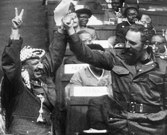 Арафат и его соратники были вынуждены покинуть Ливан. Новой штаб-квартирой ООП стал Тунис, где Арафат сконцентрировался на политической деятельности. На фото:  кубинский лидер Фидель Кастро и Ясир Арафат в Нью-Дели в ходе саммита Движения неприсоединения, март 1983 года