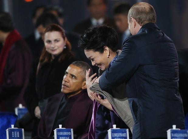 Владимир Путин укрывает пледом жену президента КНР Пен Лиюань