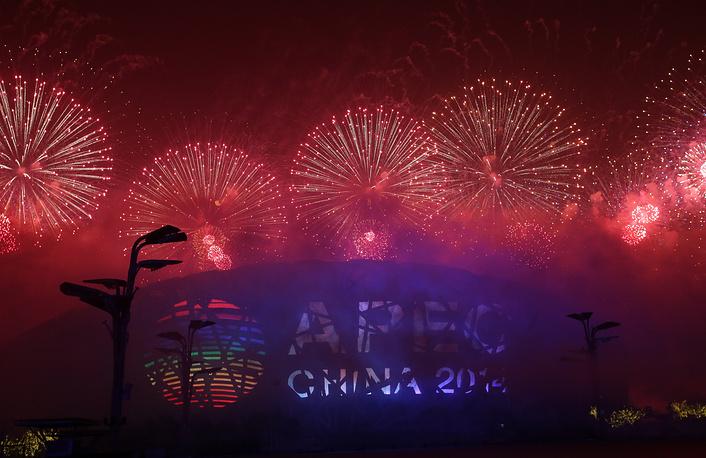 Фейерверк в рамках музыкально-светового шоу для участников форума АТЭС на Пекинском национальном стадионе