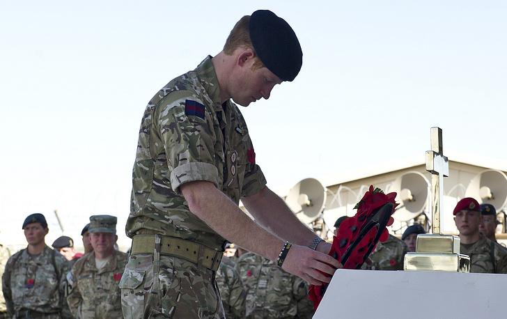 Принц Гарри возлагает венок после поминальной службы на авиабазе в Кандагаре. Афганистан, 9 ноября 2014 года