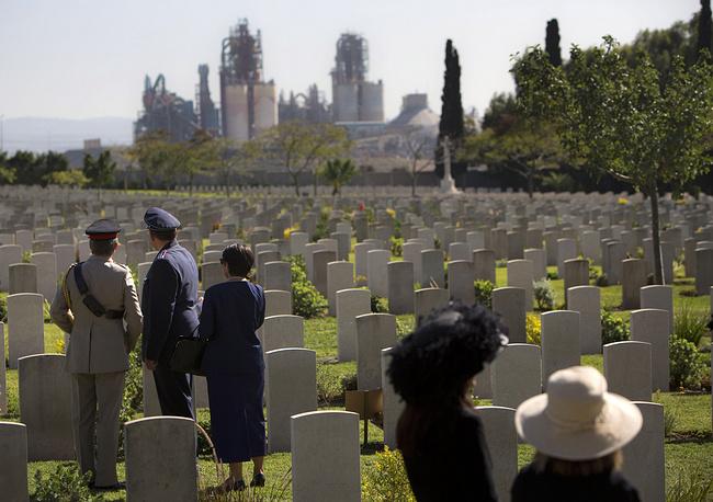 Военные представители разных стран на церемонии празднования Дня памяти на военном кладбище в Рамле, Израиль