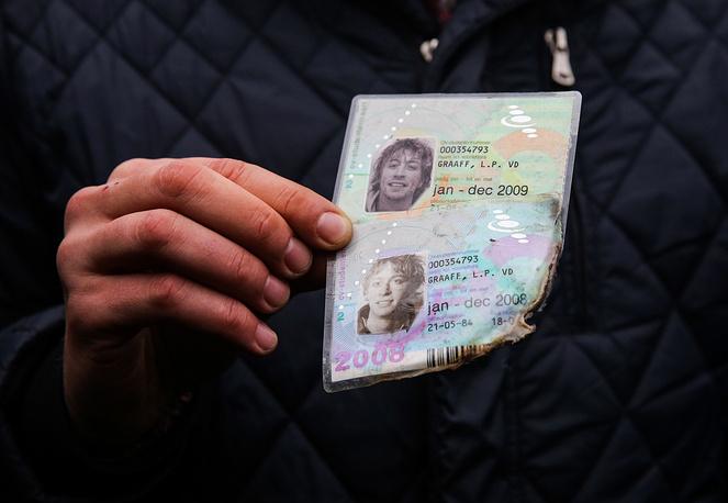 Местные жители передали специалистам два удостоверения личности погибших