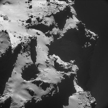 Изображение ямы на комете, сделанное с расстояния примерно 7,7 км от поверхности