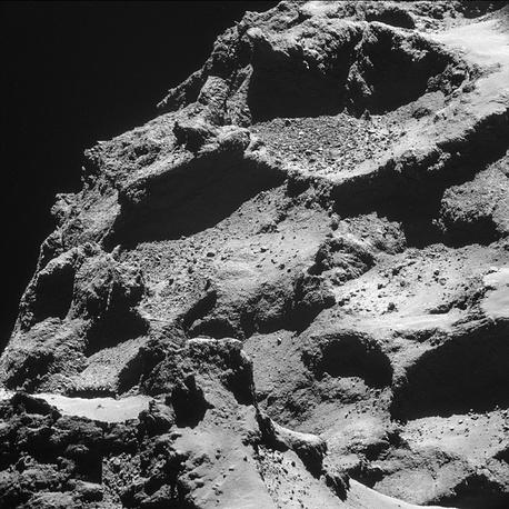 Вид на большую долю кометы с меньшей доли. Снимок сделан на расстоянии 7,7 км от поверхности кометы