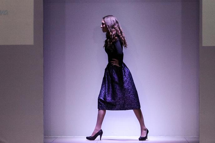 В первый день проекта Art Platform Fashion Week публике были представлены четыре коллекции профессиональных дизайнеров. Первой гости увидели дизайнерскую одежду от Люси Козловой. На фото: показ одежды из коллекции Люси Козловой