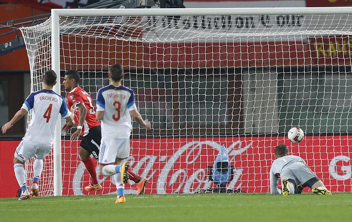 Нападюащий австрицев Рубин Окоти (второй слева) после гола в ворота сборной России