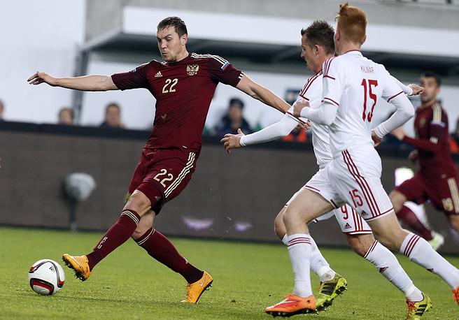 Нападающий сборной России Артем Дзюба в атаке на ворота команды Венгрии