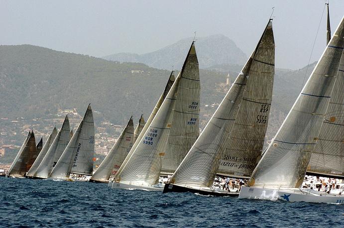 Архивный снимок со старта парусных яхт в последний день регаты на Кубок Короля Испании