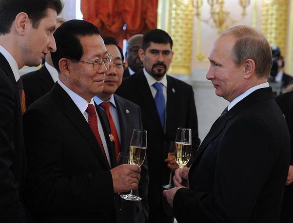 19 ноября Владимир Путин принял в Кремле верительные грамоты от послов 15 стран, в том числе от посла США Джона Теффта и посла КНДР Ким Хен Чжуна (на фото)