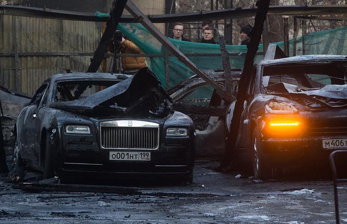 Автомобили Rolls-Royce и Porsche Cayenne, сгоревшие на парковке