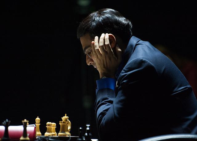 44-летний Вишванатан Ананд - первый международный гроссмейстер из Индии, 15-й чемпион мира. Он - единственный шахматист, который завоевывал шахматную корону по трем различным системам выявления чемпиона: по нокаут-системе (в 2000 году), в круговом турнире (2007), а также в очных поединках с претендентами (2008, 2010, 2012)