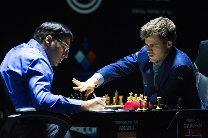 В 11-й партии проходящего в Сочи матча (на фото) Карлсен обыграл претендента на титул индийца Ананда и защитил титул чемпиона мира по шахматам