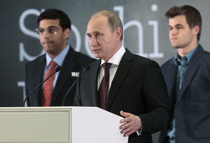 Президент России Владимир Путин (в центре) на церемонии награждения Карлсена (справа) и Ананда
