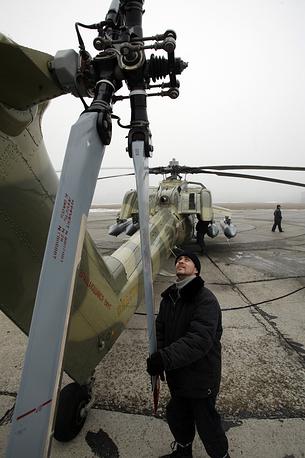 """Ударный боевой вертолет Ми-28Н """"Ночной охотник""""  предназначен для поиска и уничтожения танков, бронированной и небронированной техники, а также пехоты противника на поле боя и малоскоростных воздушных целей. Вертолет Ми-28Н на летно-испытательной станции завода ОАО """"Роствертол"""", 2009 год"""