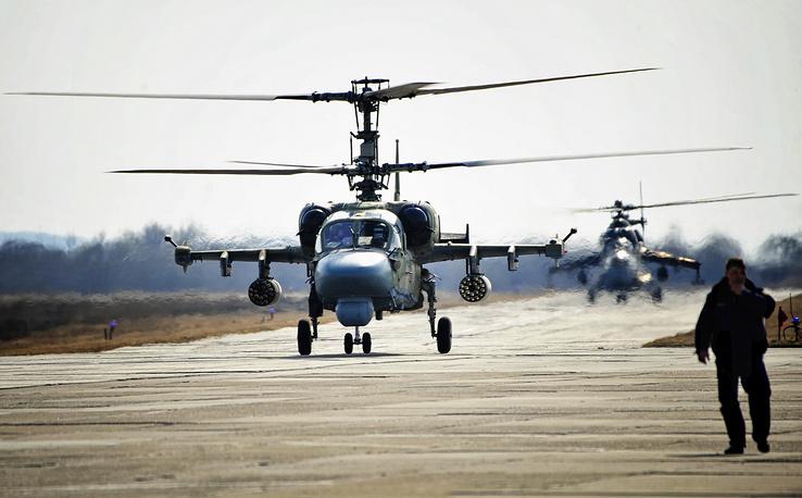 """Разведывательно-ударный вертолет нового поколения Ка-52 """"Аллигатор"""" предназначен для уничтожения танков, бронированной и небронированной боевой техники, живой силы и вертолетов противника, в любых погодных условиях и в любое время суток. Вертолет Ка-52 """"Аллигатор"""" на авиабазе Черниговка, 2012 год"""