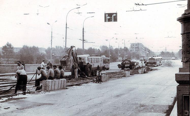 В начале 90-х в связи с тем, что единственный мост через Обь - Коммунальный - перестал справляться с резко возросшей нагрузкой, движение трамваев по нему было прекращено, сами пути разобраны