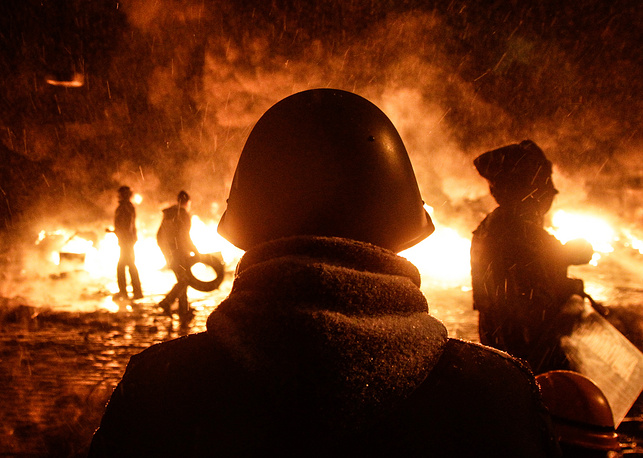 22 января. Участники акции протеста в центре Киева. В начале года в украинской столице возобновились манифестации сторонников евроинтеграции, протестующих против решения правительства приостановить подготовку к заключению соглашения об ассоциации с ЕС. Митинги, организованные оппозицией, не раз перерастали в ожесточенные беспорядки