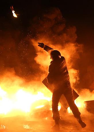 25 января. Участник манифестаций оппозиции в центре Киева, которые вновь переросли в беспорядки. Протестующие бросали в милиционеров камни и бутылки с зажигательной смесью
