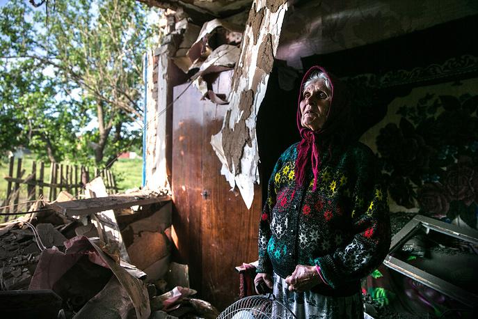 22 мая. Жительница поселка Семеновка Зинаида Пацкан в своем доме, разрушенном при обстреле тяжелой артиллерией украинских силовиков, Донецкая область. Ранее в мае в Донецкой и Луганской областях состоялись референдумы о статусе регионов. За самоопределение в Донецкой области проголосовали 89,7%, в Луганской - 96,2%
