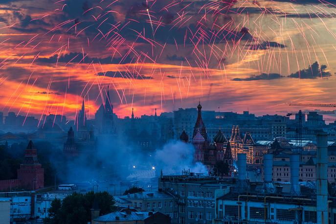 12 июня. Праздничный салют в Москве в честь Дня России. Праздничные мероприятия состоялись по всей стране и впервые - в Крыму