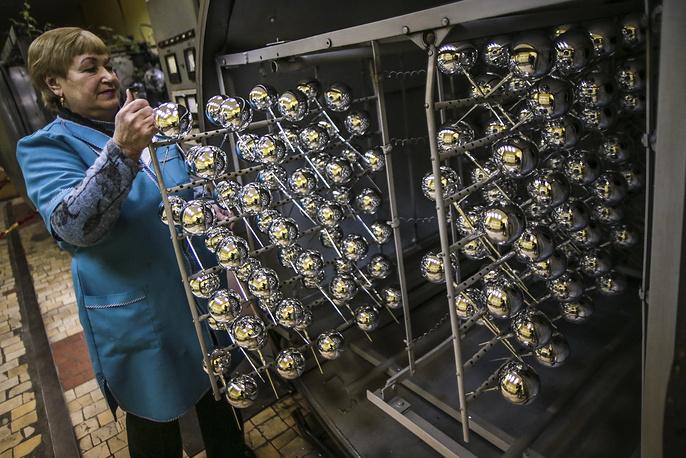 После изготовления формы елочные украшения подвергаются вакуумной металлизации