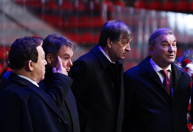 Президент Федерации хоккея России Владислав Третьяк (справа) и певец Иосиф Кобзон (слева)