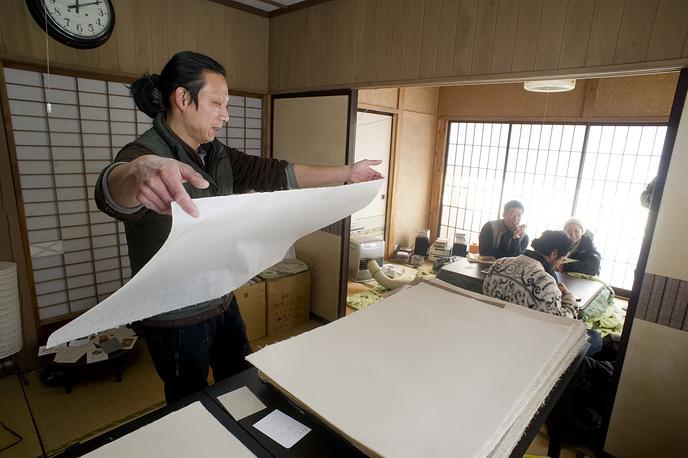 В список ЮНЕСКО попала и традиционная японская бумага васи, которая производится из волокон коры бумажного дерева, бамбука, пеньки, риса и пшеницы. Бумага отличается прочностью и имеет характерную неровную структуру