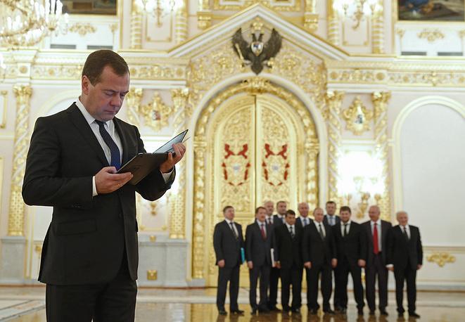 18 сентября. Премьер-министр РФ Дмитрий Медведев во время совместного фотографирования участников заседания Госсовета в Кремле