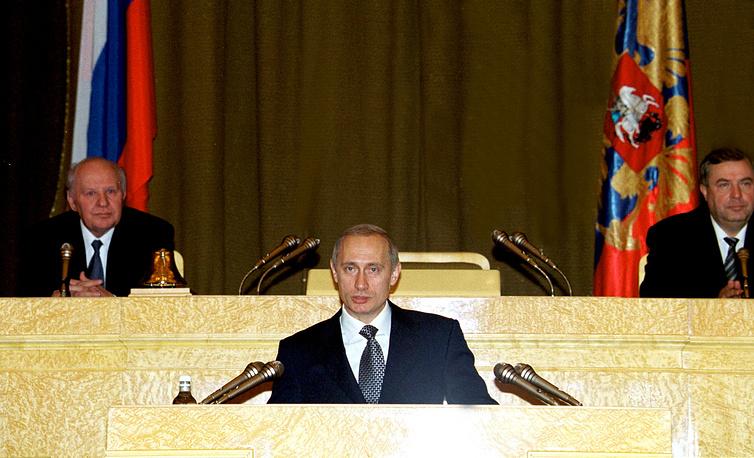 Президент РФ Владимир Путин, спикеры Совфеда Егор Строев (слева) и Госдумы Геннадий Селезнев, 2000 год