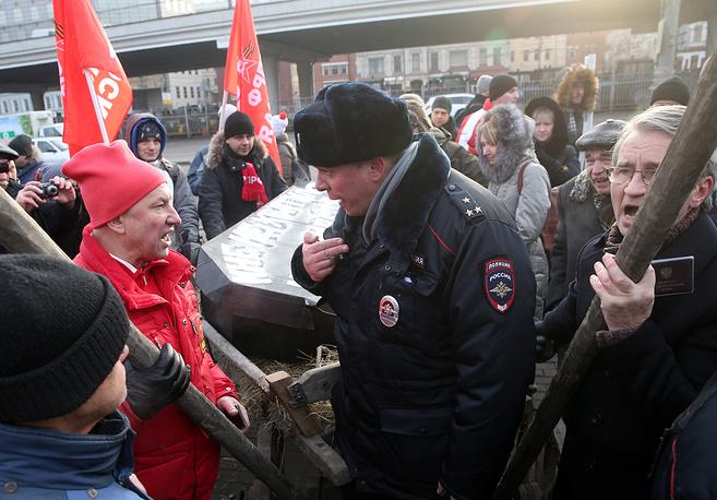 Участники митинга высказались за введение моратория на увольнение медиков и ликвидацию медучреждений, а также подняли вопрос об увольнении профильных медицинских чиновников в правительстве Москвы