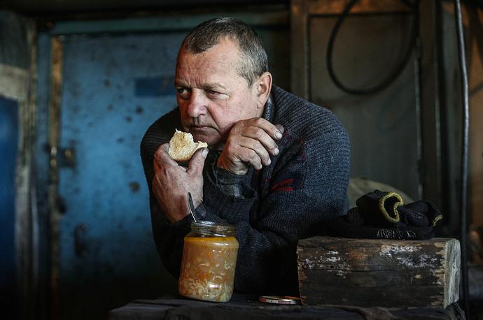 """В зоне, контролируемой ополченцами Донецкой и Луганской народных республик, по данным """"Forbes Украина"""", на начало ноября находилось 83 шахты (из 150 работающих в Украине), энергетический уголь производят 59 из них. На фото: обеденный перерыв на шахте  """"Коммунарская № 22"""""""