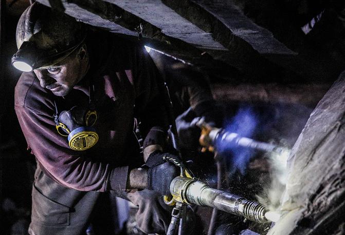 Случай на шахте имени Кирова - не единичный. И в ДНР, и в ЛНР шахты постоянно страдают из-за артобстрелов. На фото: в забое на шахте имени Кирова