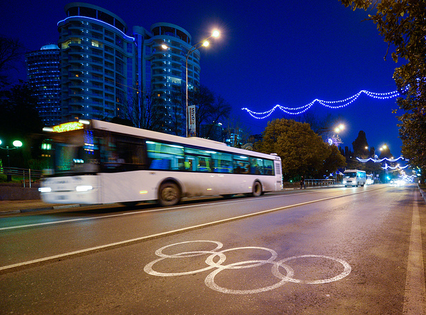 Дорожная разметка в виде олимпийских колец в Сочи