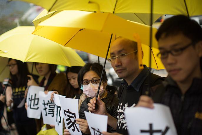 В Гонконге продолжаются массовые акции протеста. В ночь на понедельник, 1 декабря, демонстранты попытались заблокировать правительственный комплекс и прорваться внутрь. Это вылилось в новые столкновения с полицией, в результате чего 40 человек были задержаны