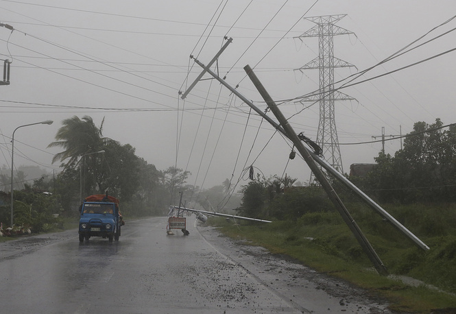 По данным метеорологов, порывы тайфуна в выходные достигали 47 м/с, но уже ослабли до 33 м/с. В 16 провинциях было нарушено электроснабжение