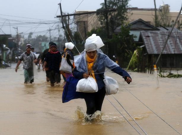 Жизнь районов, подвергшихся урагану, оказалась парализована. Из-за стихии в Маниле и других городах закрыты школы, банки, правительственные учреждения