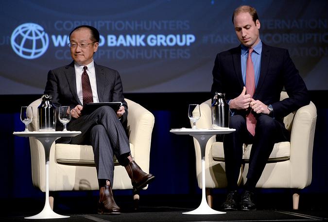 Речь принца Уильяма на конференции Всемирного банка посвящена проблеме охраны дикой природы и браконьерства. Глава Всемирного банка Джим Ен Ким и принц Уильям, Вашингтон, 8 декабря 2014 года