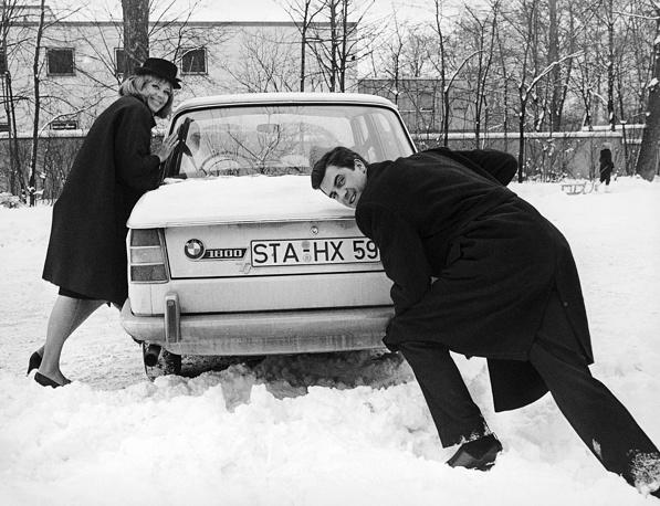 Немецкая актриса Хильдегард Кнеф с мужем Дэвидом Кэмероном возле дома, Мюнхен, февраль 1965 года