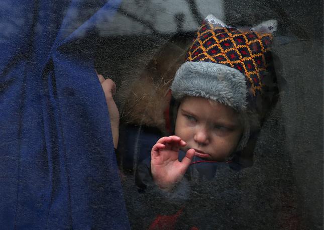 Ребенок в автобусе у детской областной клинической больницы Донецка