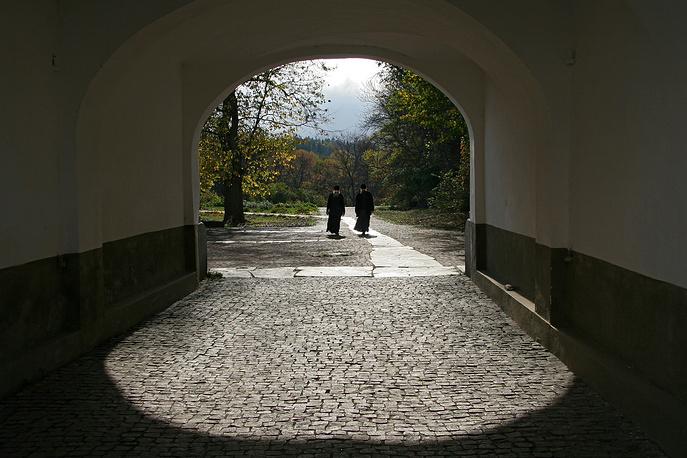 Вход через ворота во внутренее каре монастыря