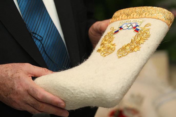 """Валенки с олимпийской символикой под девизом """"Вперед, Россия!"""" представили на Гатчинском промкомбинате, 2008 год"""