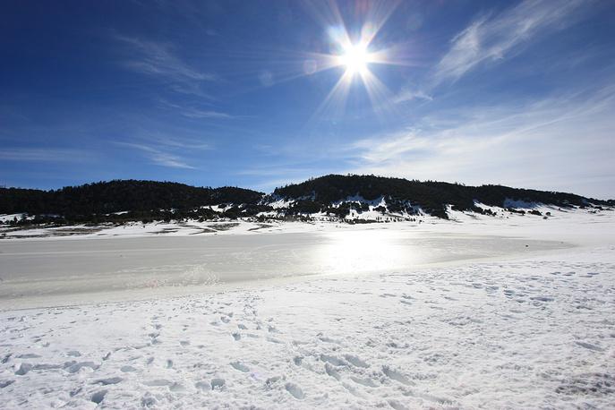 Зимой огромные пространства в горных районах покрываются слоем снега и льда