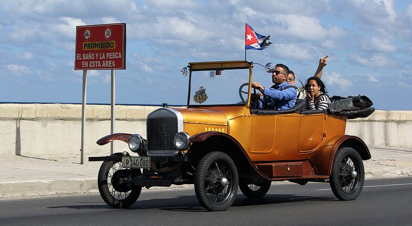 """Вместе с тем Обама заверил, что Вашингтон продолжит поддерживать гражданское общество на Кубе, в частности, право рабочих создавать профсоюзы. По словам главы Белого дома, США хотят сделать жизнь на Кубе """"легче, более свободной, более процветающей"""". На фото: жители Гаваны приветствуют сообщение Рауля Кастро о возобновлении отношений с США"""