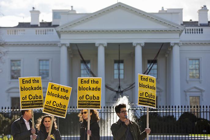 Во время своего выступления Обама также объявил, что дал поручение восстановить в Гаване работу посольства США. На фото: сторонники снятия экономического эмбарго с Кубы на демонстрации возле Белого дома в Вашингтоне