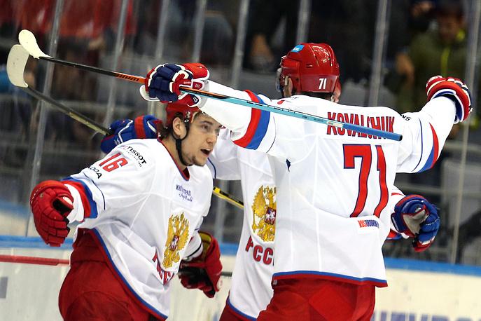 Автор второй шайбы сборной России Сергей Плотников принимает поздравления от капитана команды Ильи Ковальчука