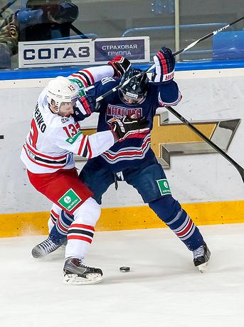 """Игроки """"Автомобилиста"""" Глеб Клименко и """"Металлурга"""" Крис Ли (слева направо)"""
