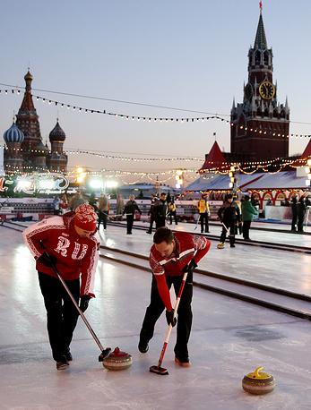 """Российские игроки во время первого этапа мирового тура по керлингу """"CCT Red Square Classic"""" среди мужчин на катке на Красной площади"""