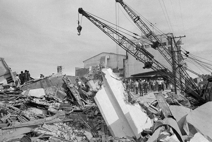 17 августа 1976 года на Филиппинах произошло землетрясение магнитудой 7,9. За ним последовало цунами. Погибли 5 тыс. человек, более 2 тыс. пропали без вести, 9,5 тыс. были ранены. Тысячи зданий были разрушены. На фото: обломки отеля в области Котабо-Сити